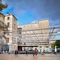 Brandts Museum for kunst & visuel kultur set fra Amfipladsen