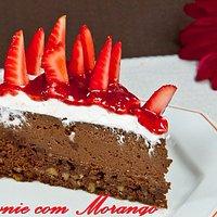 Brownie com Morango - Brownie (chocolate e nozes), creme de chocolate, chantilly e geleia de mor