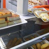 Cuscuz salgado e bolo de mandioca