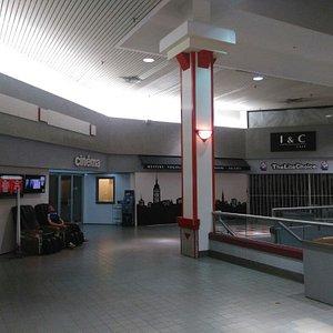 Entrada a Dollar Cinema en el 2o piso del centro comercial