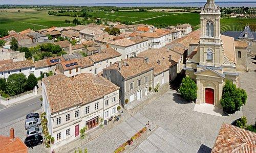 Sur la place de l'église, la Maison du Vin de Saint-Estèphe vous accueille !