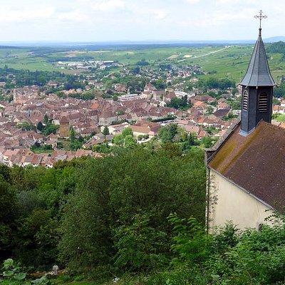 Arbois et la chapelle de l'Ermitage vus depuis le belvédère de l'Ermitage