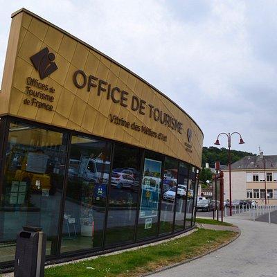 Notre office de tourisme est situé sur la place des Costils.