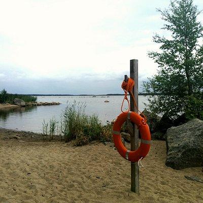 Ahvensaaren uimaranta. Pukukoppi ja keinut.