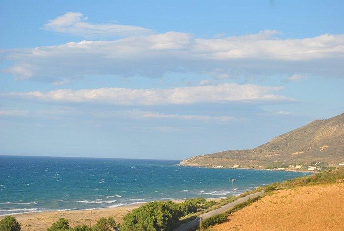 der Strand von einer Anhöhe fotografiert
