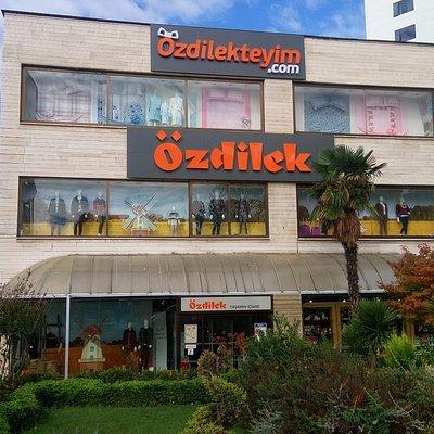 Özdilek AVM market, mağaza, kafe ve restoranıyla İstanbul yolu üzerinde kaliteli hizmet sunmakta