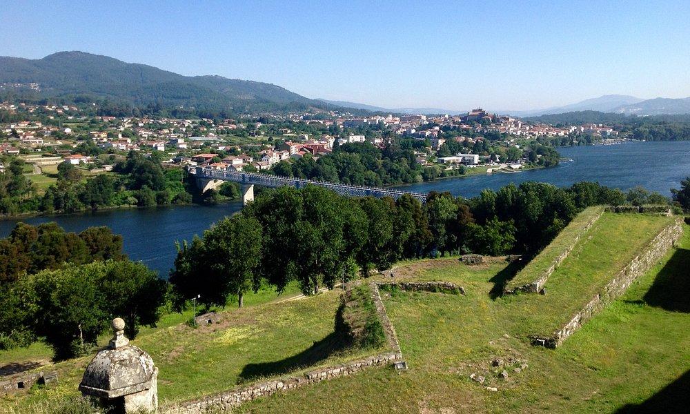 Fortaleza de Valença do Minho con la ciudad de Tui al fondo.