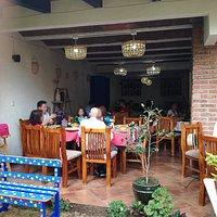 Contamos con ámplio espacio en el salón ideal para familias