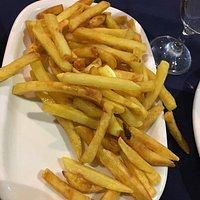 Frango assado bom com batata frita e salada com tomate, a entrada sopa de legumes. Bom vinho da