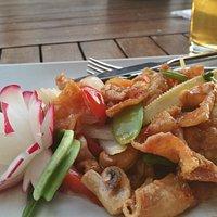 """""""Nang Ghai Thod"""": Knusprig frittierte Hühnerhaut, Mais, Zuckerschoten, Cashewnüsse und Chili"""