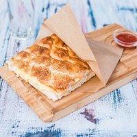 Heerlijke tosti van turksbrood met kaas en sucuk (pittige turkse knoflookworst)