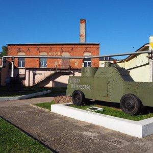 Броневик на площадке перед музеем