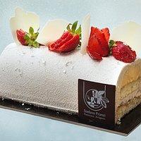 Tronchetto alle fragole, passion fruit e cioccolato bianco al caramello e vaniglia