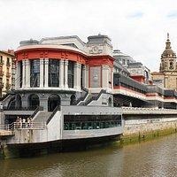 Curiosa arquitectura, en un edificio que no se puede dejar de visitar en Bilbao