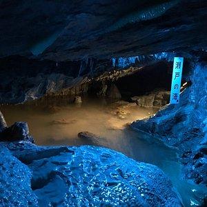 日本一の高度差がある洞内滝 を見に行きました。洞内の見学順路は整備されていました。しかし1960年頃からの由緒ある施設のため歴史を感じます。天井が低いところ、通路が狭いところもあるので注意しま