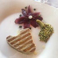 Tonno con granella di pistacchi e cipolla rossa