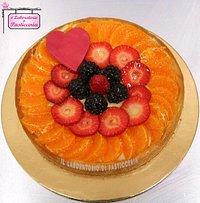 Esempio di crostata di friabile frolla con crema pasticcera e frutta fresca di stagione