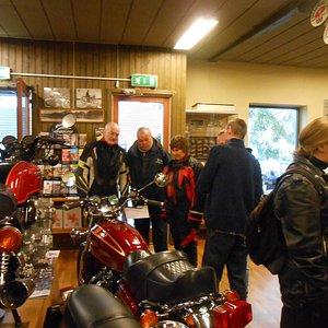 Her ses der på 2 af de over 150 udstillede Motorcykler, hvoraf den ældste er fra 1897