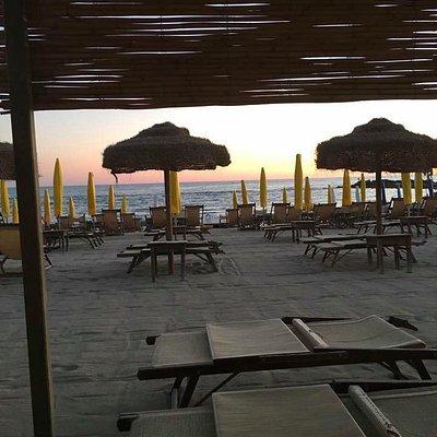 la spiaggia di sera