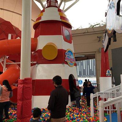 Un lugar donde los niños pueden jugar y distraerse con los padres. No es tan grande como lo prom