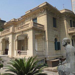 博物館建築和詩人雕像