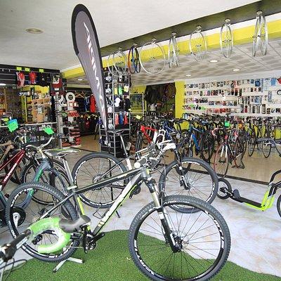 Nuestra sede, disponemos de una amplia Gama de Bicicletas, Accesorios y Componentes