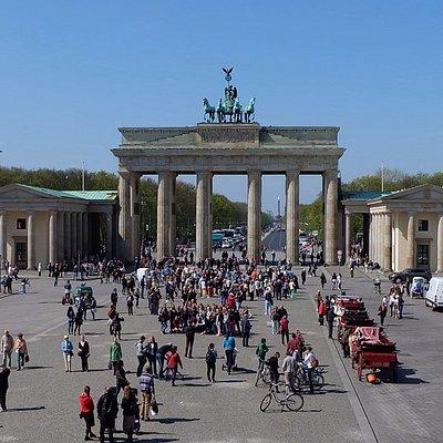 Porten Brandenburger Tor - en av de viktigste severdighetene i Berlin