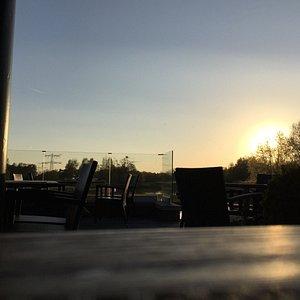 Uitzicht vanaf het terras bij zonsondergang.
