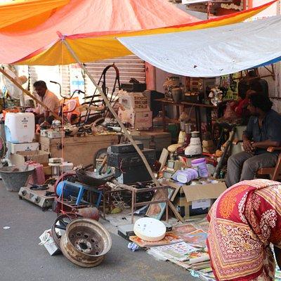 La rue Mahatma Gandhi est littéralement recouverte de vendeurs divrs et variés :)