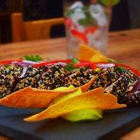 """Atum costeiro, selado na crosta de gergelim, abacate, milho, salsa """"criolla"""" e tomates confit"""