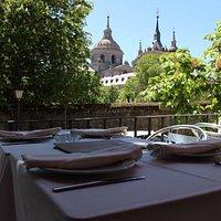 Disfruta de una comida con vistas al Monasterio. Deleita tus sentidos en nuestra terraza.
