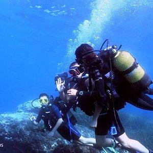 Toda la familia Durán descubriendo el buceo. ¡Bienvenidos al mundo submarino!