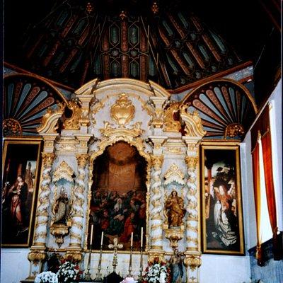 Alter mit flämischer Malerei in den Altarflügeln