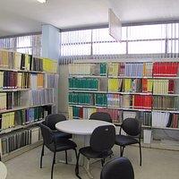 Seção de livros em braile.