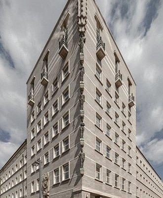 Gebäude-Ecke mit Figuren