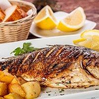 Peixe assado com batata soute e ervas