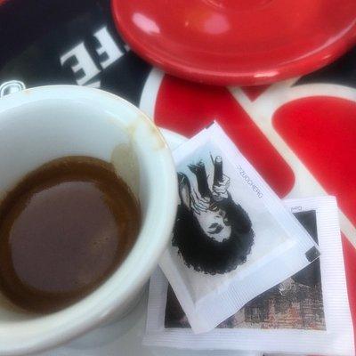 Tazza sporca con del caffè (sperando fosse solo del caffè) incrostato...