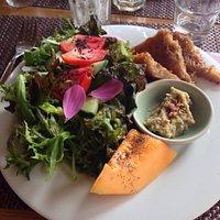 Salade et brique de fromage