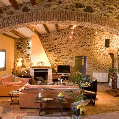 Sala de estar  con chimenea y mesa para 10 personas Gelamà