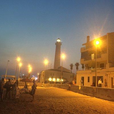 La spiaggia è molto carina e l'acqua stupenda , pulita e bassa per un bel tratto , ideale per i