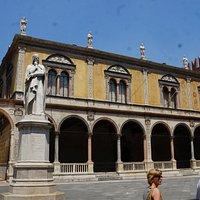Statue of Dante Alighieri на Piazza dei Signori