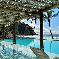 Restaurante maravilhoso de frente para o mar com ótima estrutura de piscina.