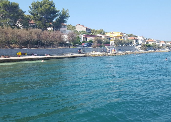 En fantastisk plats för avkoppling, sol och bad. Nära till andra byar, öar, Trogir och Split.