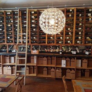 Útulný podnik se širokou nabídkou vína v centru Prahy.
