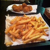 polpette di baccalà e patate fritte