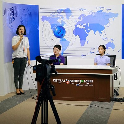 학생들이 뉴스(방송) 출연을 실습하는 모습