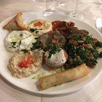 l'assiette de mezze végétarienne (entre autres : tabouleh, falafel, lentilles, hommos, moussaka.