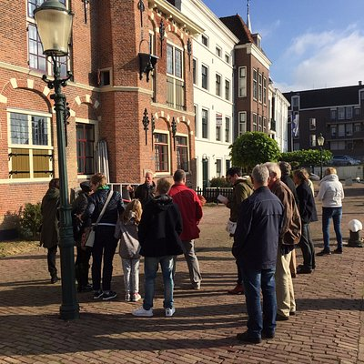 De HVM gids vertelt over de panden aan de Stadhuiskade.