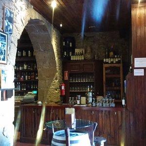 zona de entrada con el arco de piedra