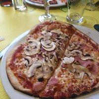Accueil parfait , pizza très bonne et de la place . Bonne ambiance ! Ne vous fiez pas à la façad